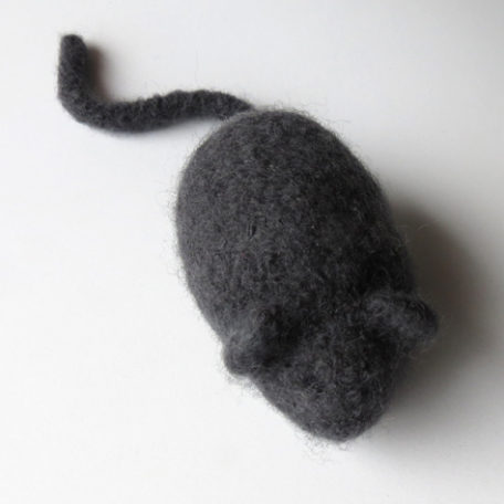 Slater knitted mouse pet toy
